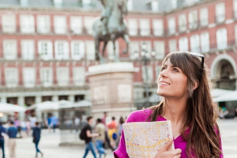Una viajera contempla la Plaza Mayor de Madrid