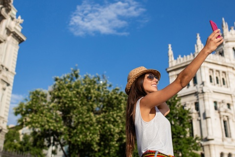 Touristen machen ein Selfie an der Plaza Cibeles in Madrid