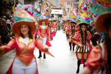Parade of floats, brass bands and troupes at the Feira do Cocido in Lalín (Pontevedra, Galicia)
