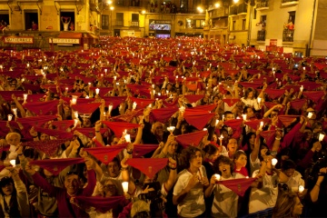 Thousands of people sing Pobre de mí (poor me), the song that marks the end of the San Fermín fiestas in Pamplona (Navarre)