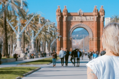 Tourist am Triumphbogen in Barcelona