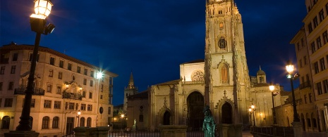 Oviedo Cathedral by night