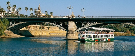 Boat crossing the Triana Bridge