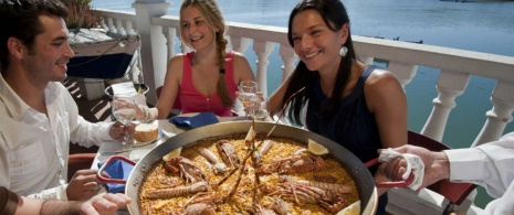 Friends eating paella